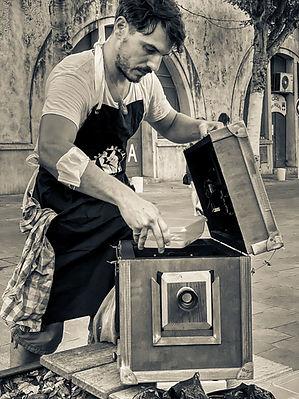Photo de rue : je remplis les cuves de mon Afghanbox. Antibes, Août 2020