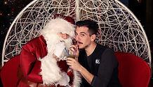 Photo de moi-même, en compagnie du père Noël ; nous sirotons un granité.