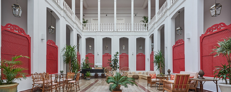 Splendid Palas Hotel Courtyard