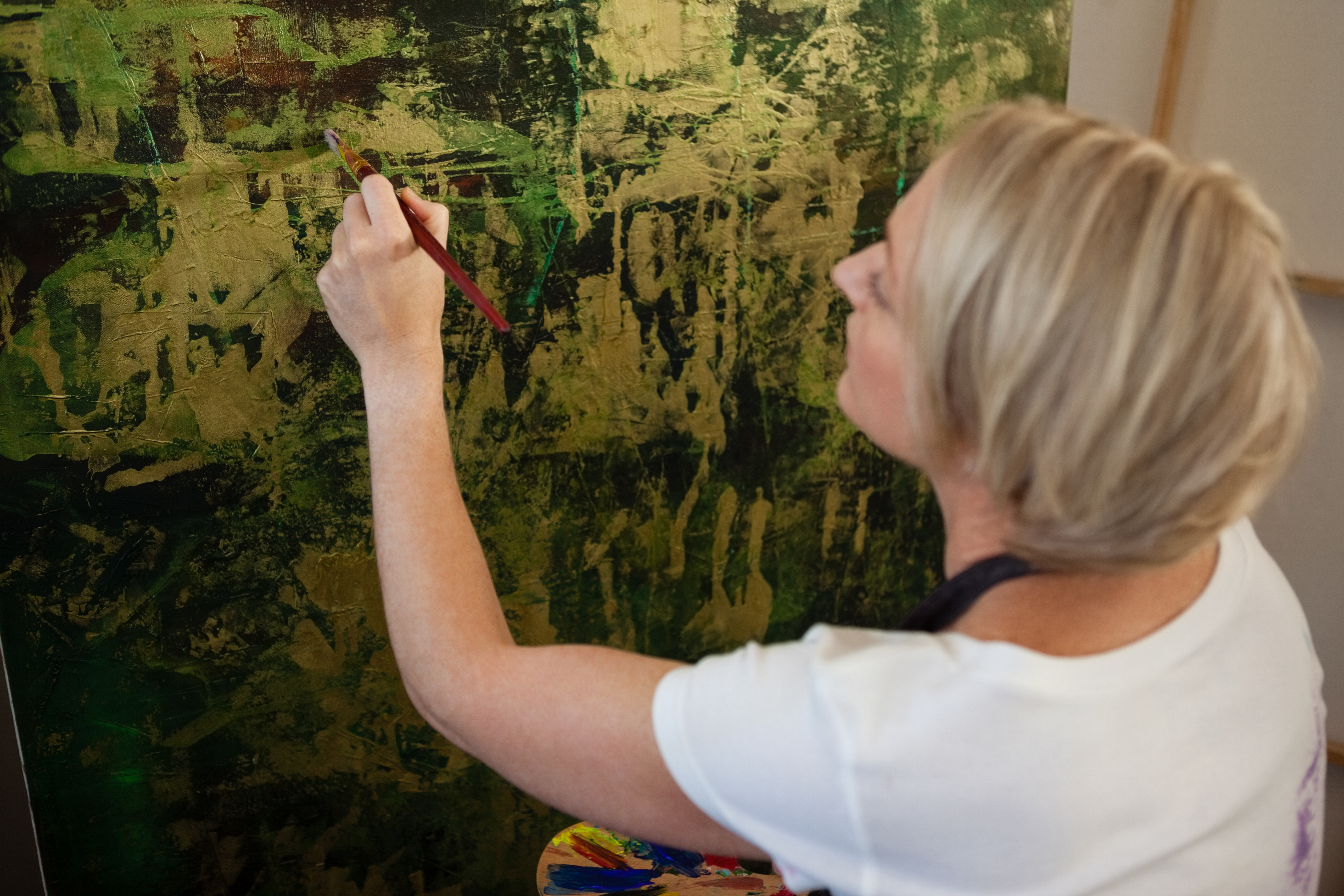 attentive-woman-painting-on-canvas-YBP6S