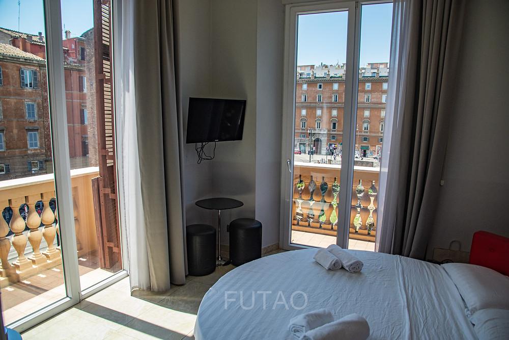 Vista della nostra camera e balcone avvolgente (con letto rotondo) al Pantheon Caesar Relais Hotel, Roma, Italia
