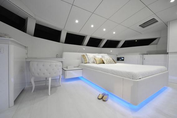 70sunreefpowervioletta-interior-03.jpg