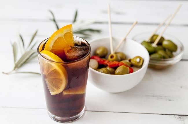 Tradizione catalana di bere Vermut con le tapas - Italiani a Barcellona