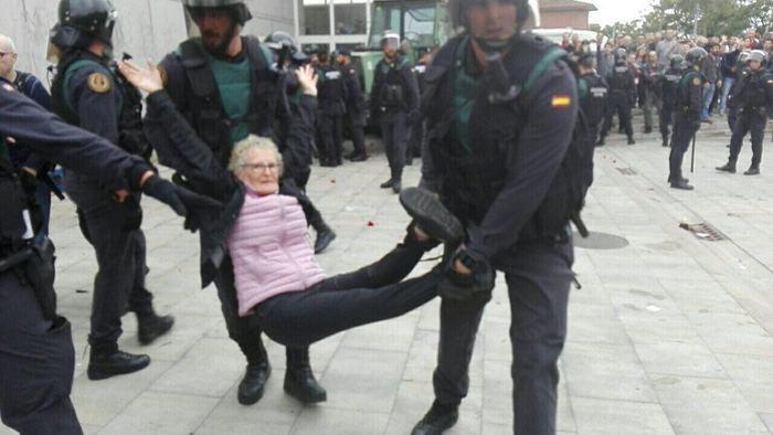 scontri e feriti a Barcellona per il referendum indipendentista della Catalogna