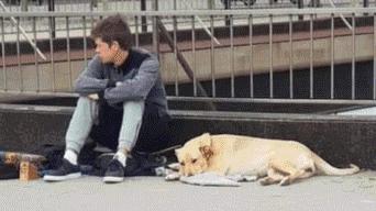 Il giovane senzatetto con la cagnolina Sota