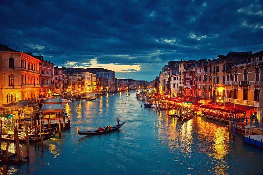 Venezia - Le gondole e i palazzi sull'acqua