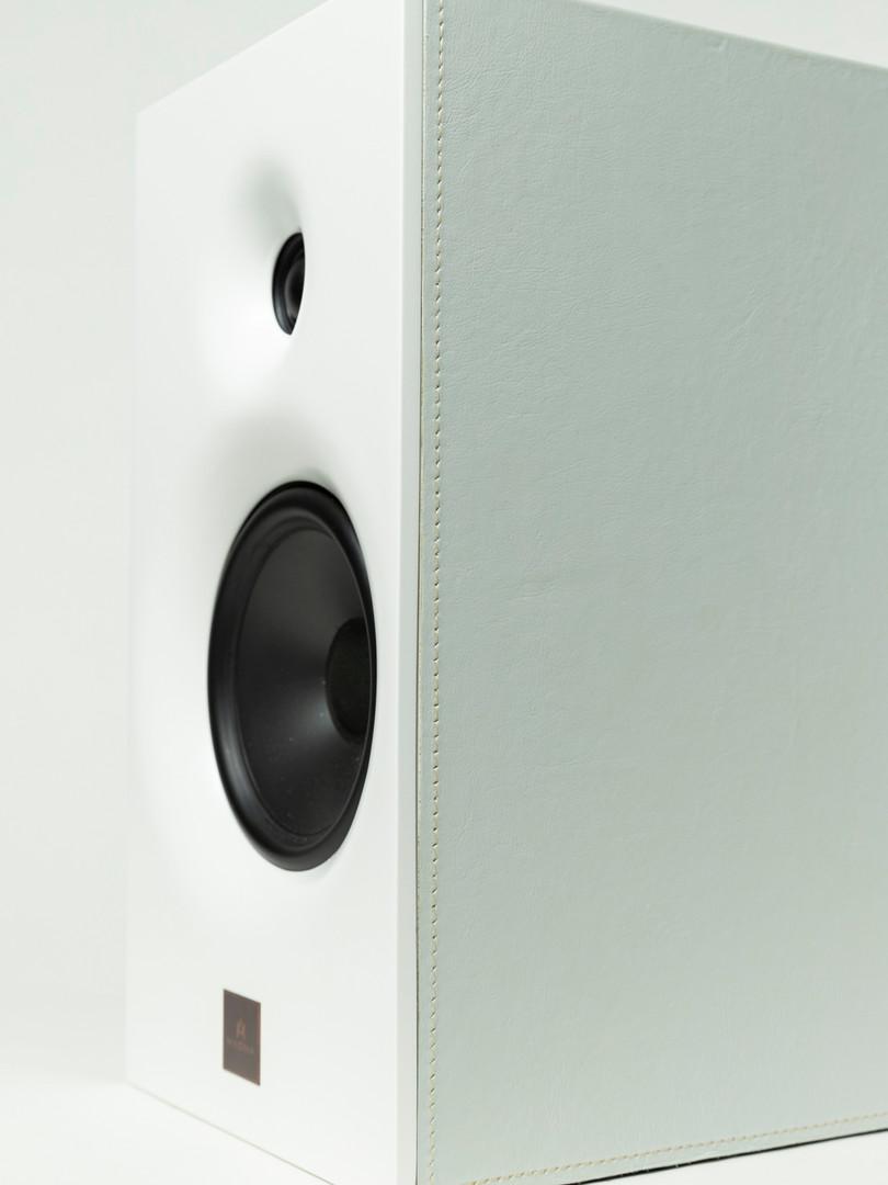 Magna Audio Speaker - Designed Bookshelf Acabamento Couro Natural Cinza