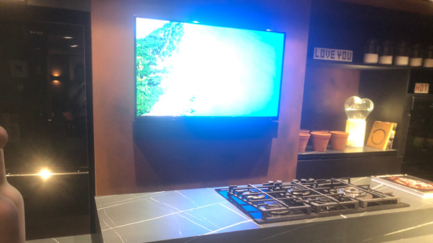 Magna Soundbar Black Leather com 02 canais Custom (feita sob medida na largura da televisão com acabamento preto mais couro) - Amplificação e Streaming Autonomic centralizado no rack - Cabeamento Straight Wire WaveGuide 16/2
