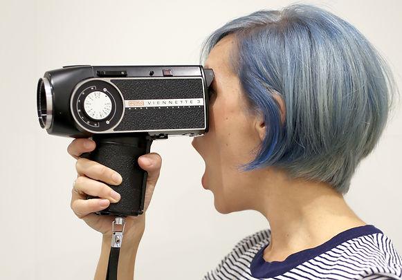 chica pelo azul con cámara