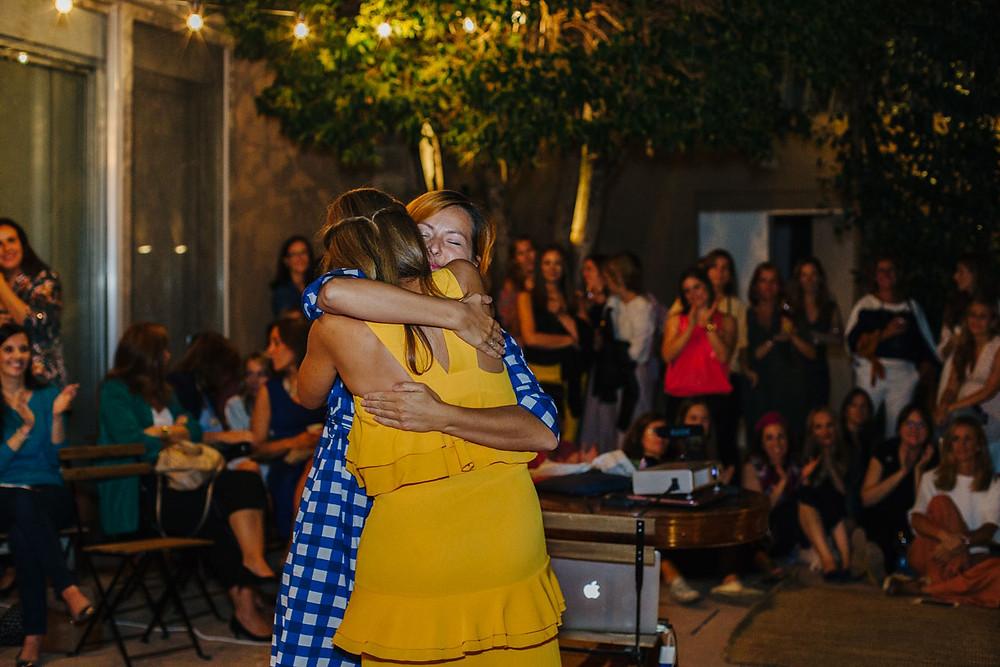 Abrazo con Silvia de Cenas Adivina. Foto de Loren Photography.
