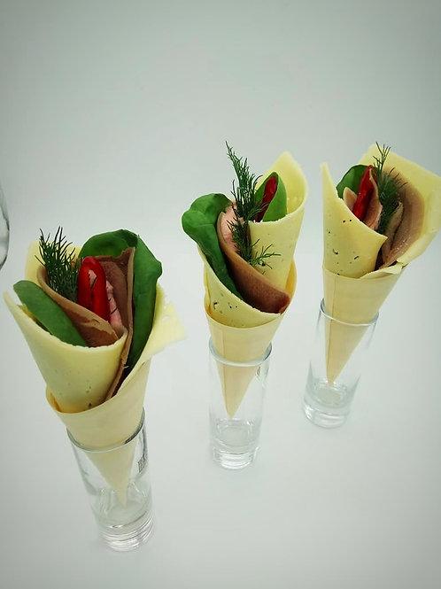 Сырный конус с языком, шпинатом и имбирным соусом (сет)