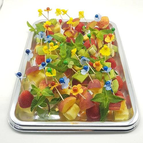 Канапе с сезонными ягодами и фруктами