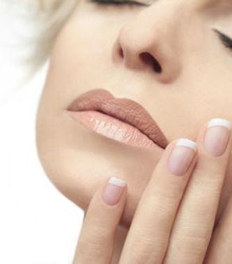 Pose de faux-ongles en gel, en résine ou en gel semi permanent