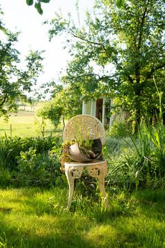 Garten mit Gipsywagen im Hintergrund