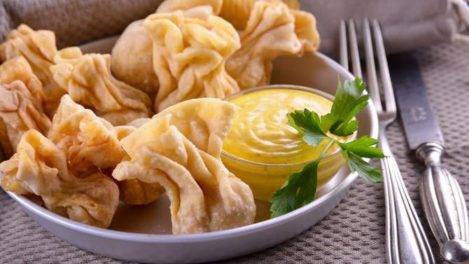 Pasta frita rellena de gambas y salsa de mango