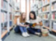 หญิงในห้องสมุด