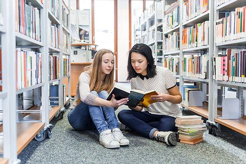 Ragazze nella biblioteca