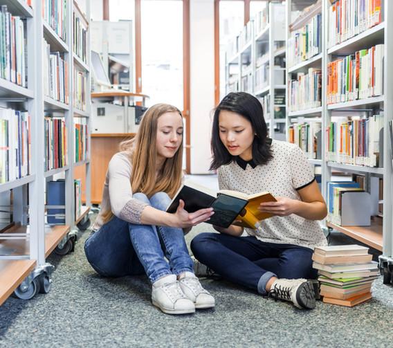 Chicas en la biblioteca
