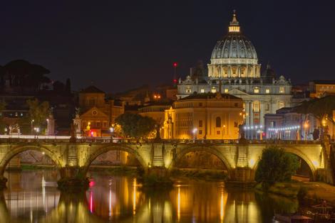 Nächtlicher Blick über den Tiber auf den Petersdom
