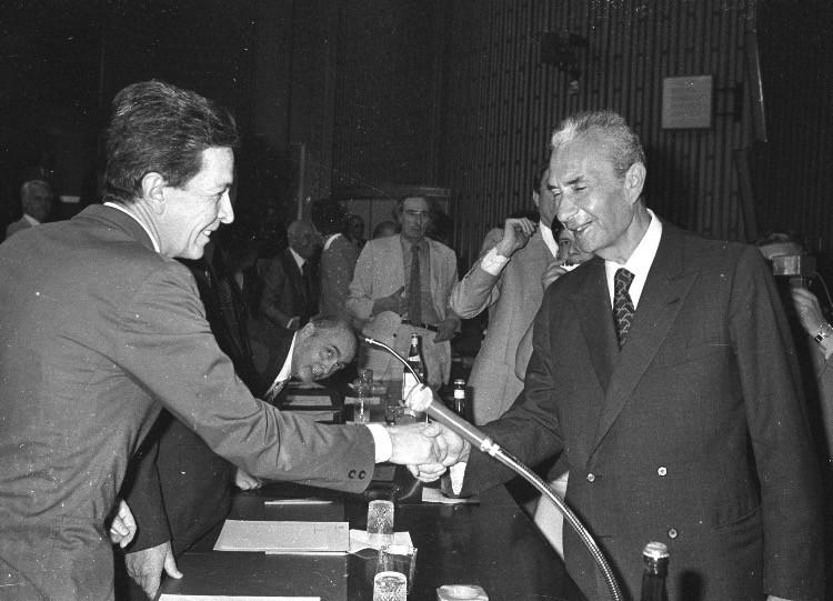 Moro stringe la mano a Berlinguer, leader del PCI.