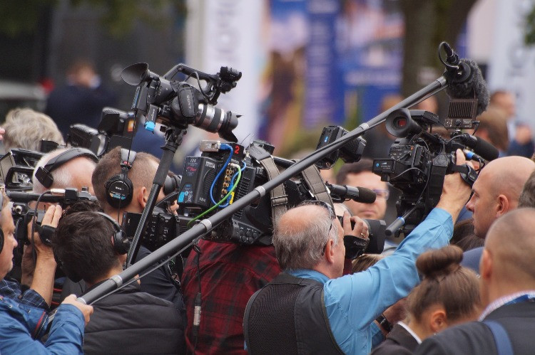 cameramen e giornalisti accalcati