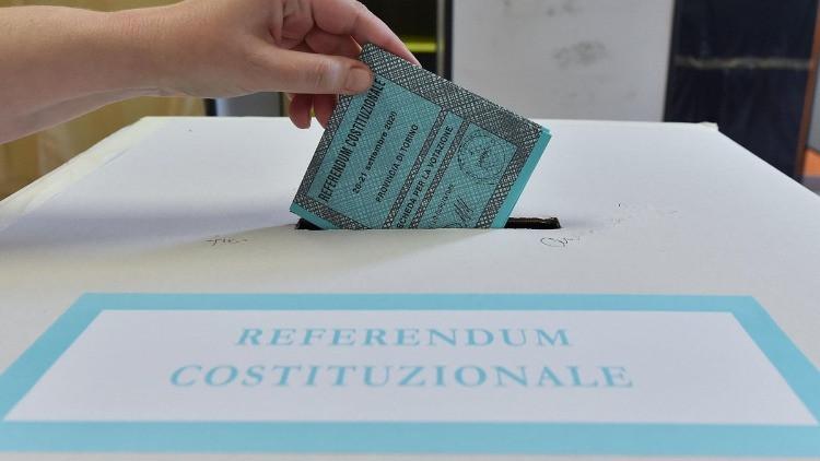 La scheda elettorale viene inserita nell'urna.