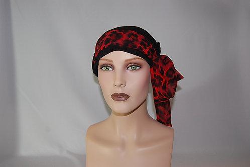 Turbante de gorrita hecha en tela de bambú color negro con pañuelo animal print fondo rojo, con pañuelo de otra textura