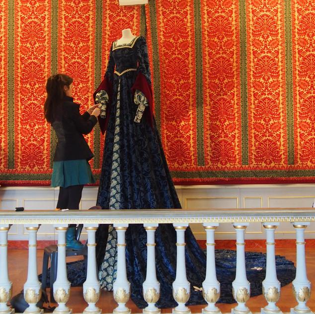 mise en place de la robe exposée dans la chambre dorée du château de Châteaubriant