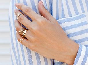 指輪の手入れの行き届いた手