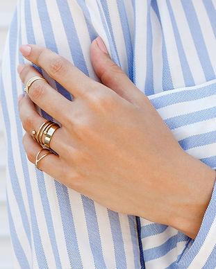 Main manucurée avec anneaux