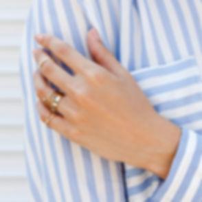 Manikürte Hand mit Ringen