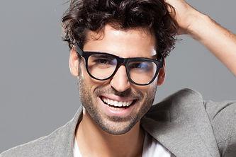 眼鏡をかけた男性モデル