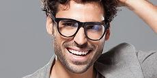 Manlig modell med glasögon