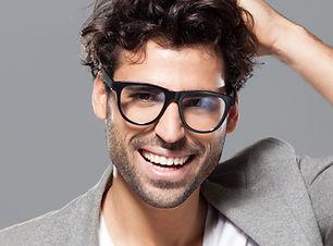 Modello maschio con gli occhiali