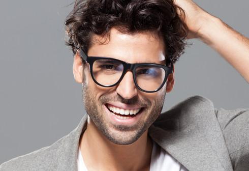O modelo masculino com óculos