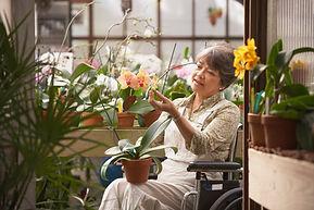 Femme en fauteuil roulant à effet de ser