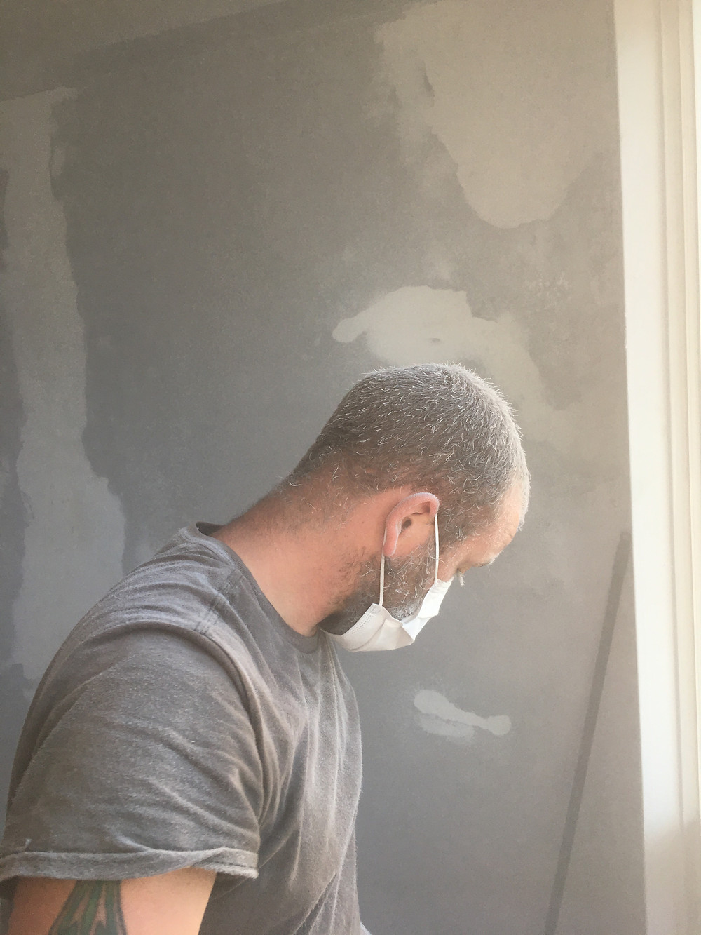 How to sand a wall before painting with metallic paint