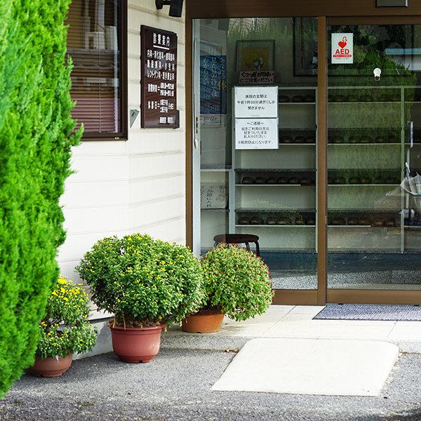 勝股医院の玄関 正面から