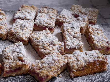 Ucierane ciasto z truskawkami i kruszonką kardamonową - takie zwykłe-niezwykłe ciasto.