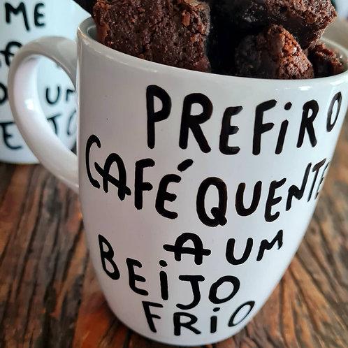 Prefiro café quente a um beijo frio.