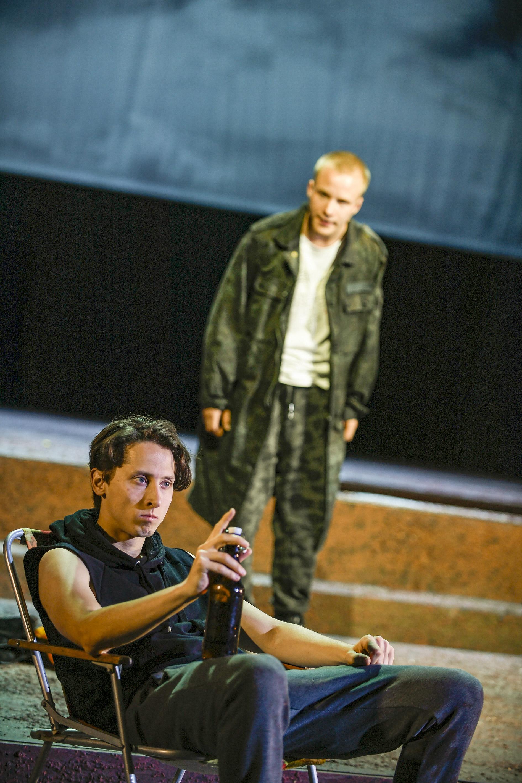 Mit der Faust, Carly Everaert