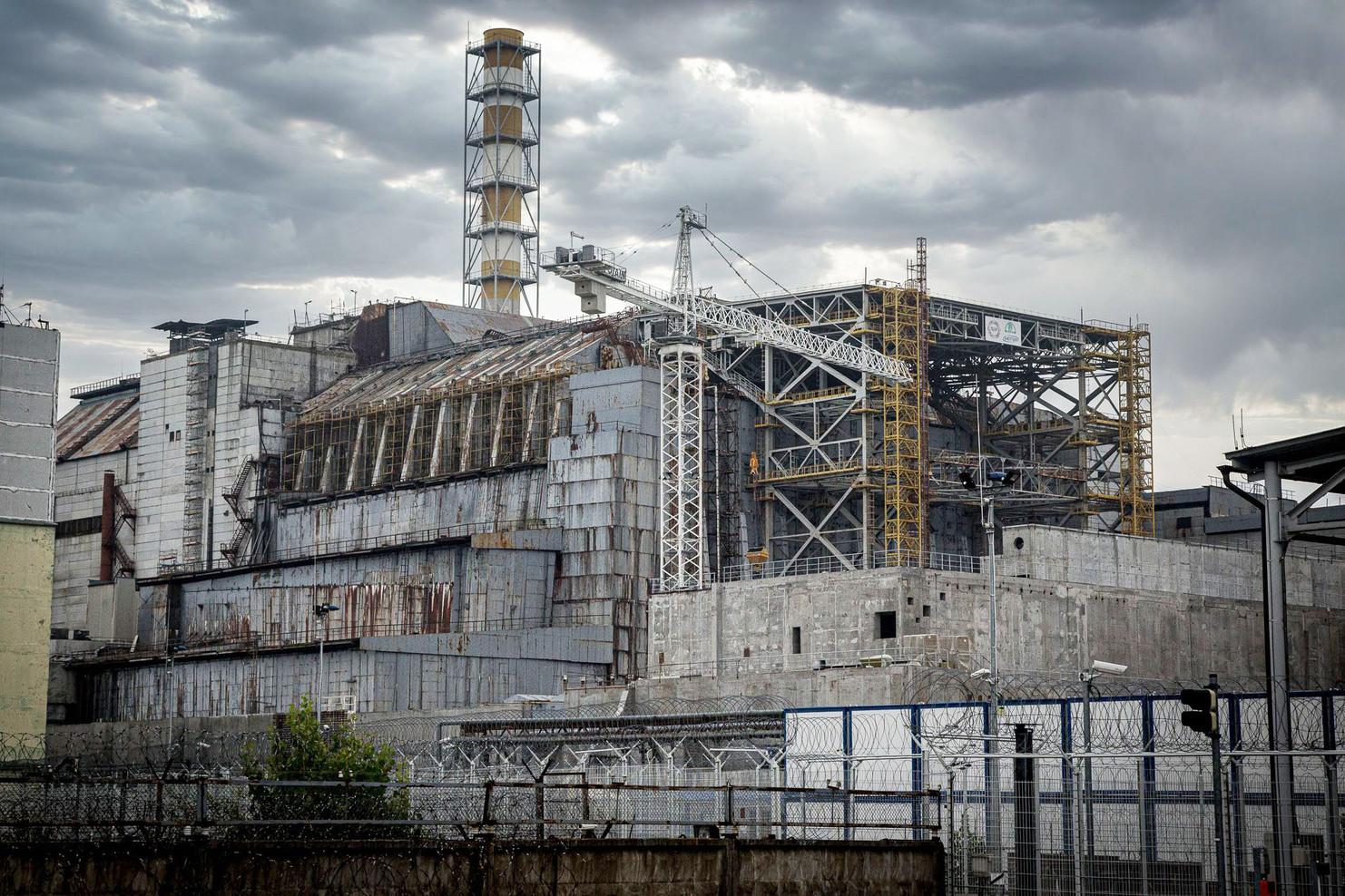 Le sarcophage recouvrant le réacteur numéro 4 avant la mise en place de l'arche de confinement