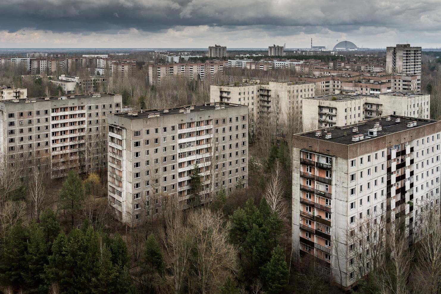Les toits de la ville avec au loin, la centrale