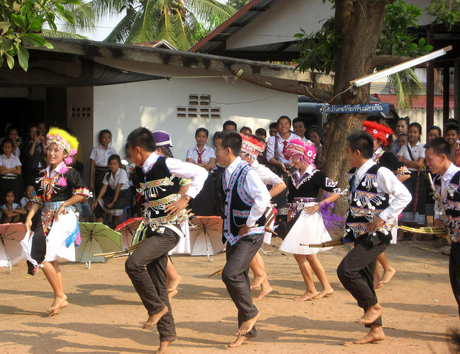 1200px-HmongHighSchoolStudentsDance1.jpg