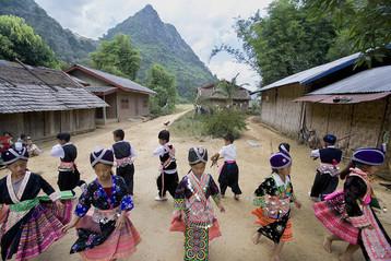 Hmong-children-celebrating-new-year-2006