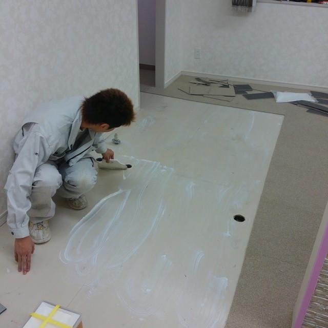 Instagram - タイルカーペットを貼るのにピールアップを塗る林亭
