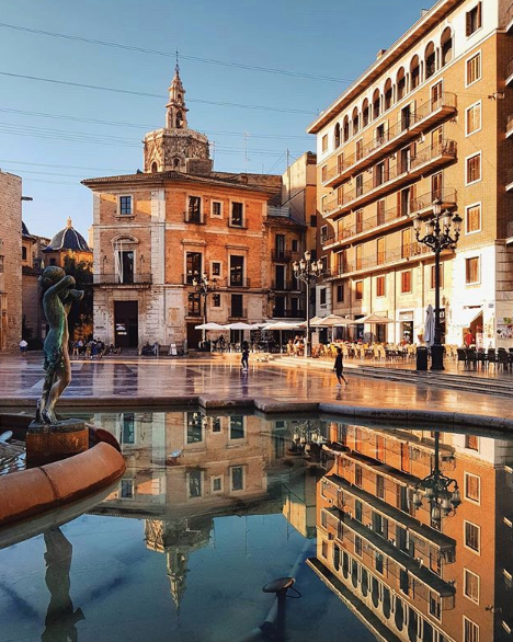 Plaza de la Virgen with Cathedral of Santa Maria, and Turia Fountain