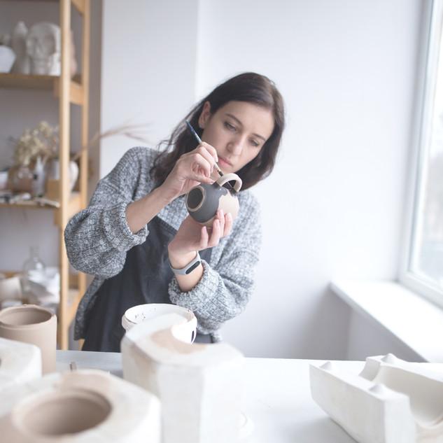 女性絵画陶器
