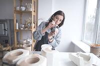 Femme peignant des poteries