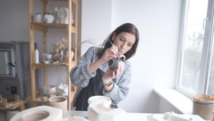 女人繪畫陶器